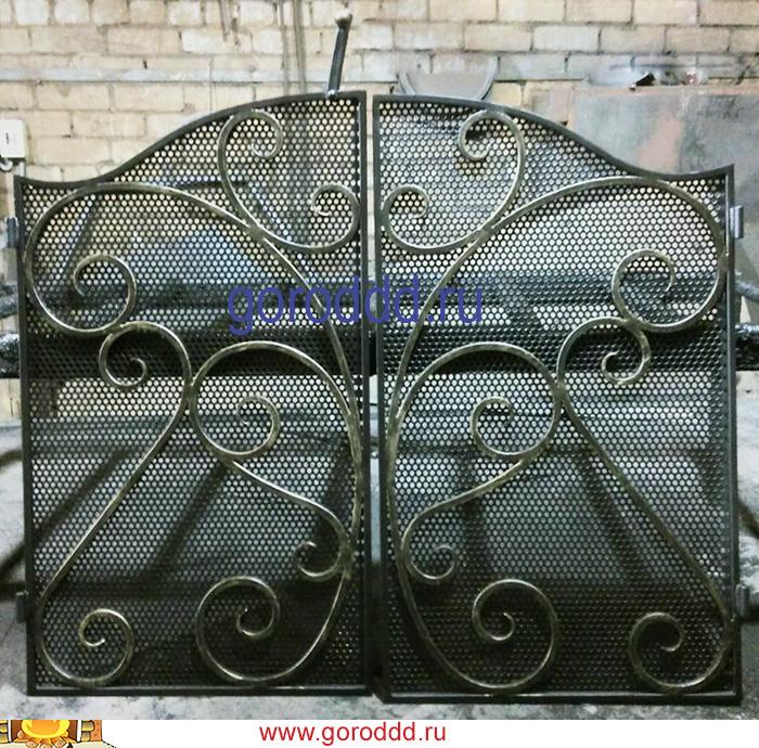 Кованая решетка для лестницы с защитной сеткой от домашних животных